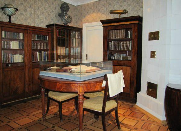 Библиотечная комната не вмещает всех книг, накопившихся в мурановском доме. Книжные шкафы есть и в других комнатах — в прихожей, гостиных, кабинете, Литературной комнате и даже под лестницей на второй этаж.