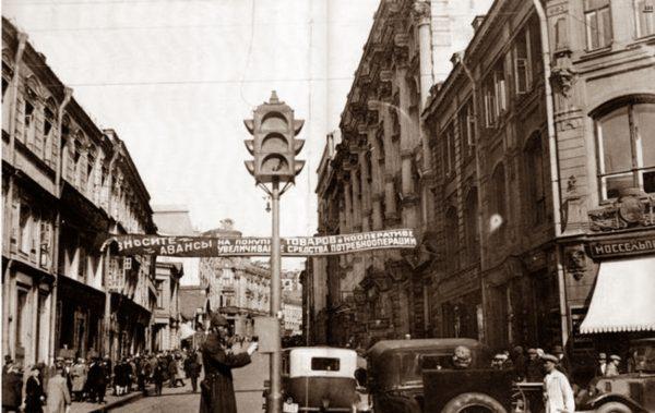 Pervyj-svetofor-v-Moskve